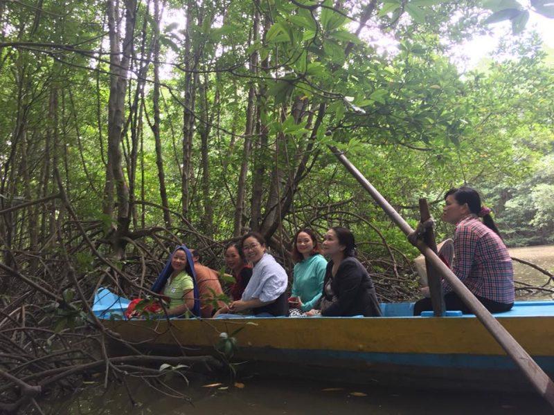Khi đến cụm rừng nơi sinh sống của dơi nghệ, du khách vẫn ngồi trên thuyền và nhìn những con dơi treo nược trên ngọn cây cao